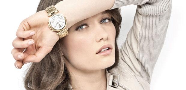 Женские часы на левой руке